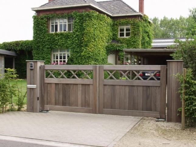 Les mat riaux id aux pour votre portail cm assurance for Portail de jardin en bois